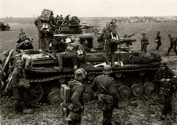 части Вермахта готовятся к атаке: пехотинцы на танке Pz/IV Ausf. E. Судя по снаряжению, расчёты 81-мм миномётов, октябрь 1941