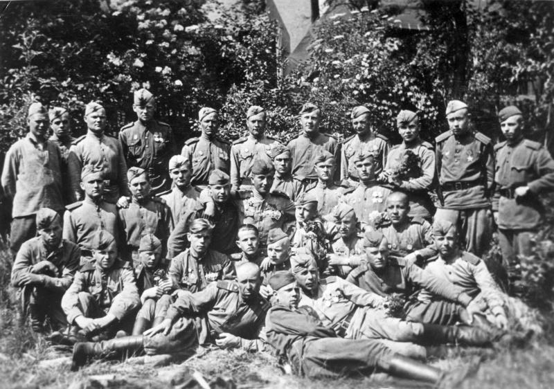 Отдельный инженерно- саперный батальон на построении в честь 47-й годовщины со дня образования рвсн