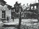 Немецкие солдаты (2-ой батальон 133-го пехотного полка Вермахта) осматривают развалины. Предположительно снимок сделан к востоку от здания погранподразделений на Центральном острове.